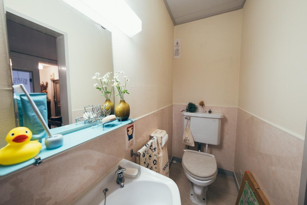 アクセスしやすい簡略化された間取りは浴室とトイレにも。それぞれの空間は分かれておりながら、ひと続きの掃除がしやすい長方形の空間に。