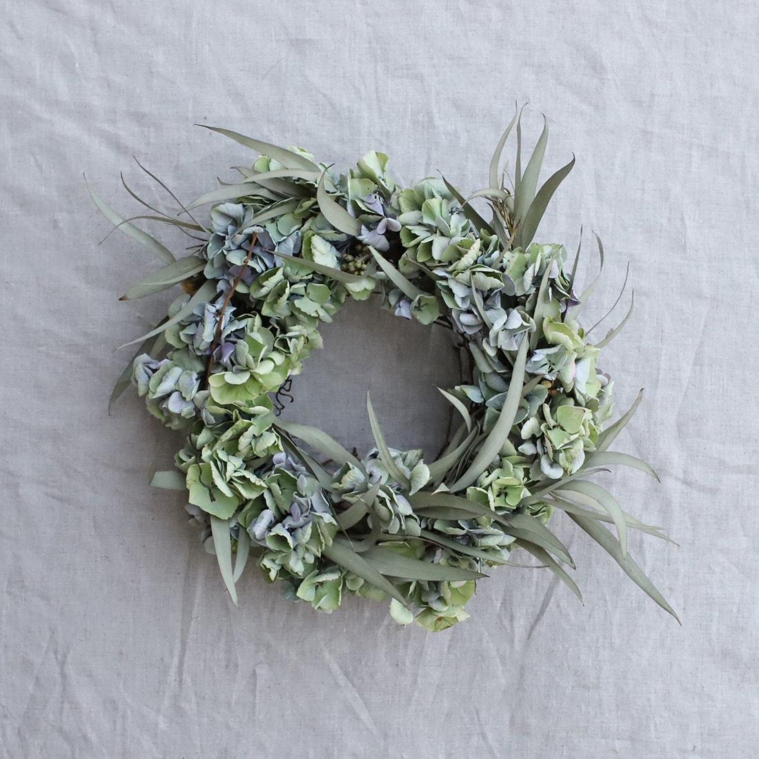 アジサイを生花の状態でリースにしてプレゼントして、そのままドライになる過程自体をプレゼント、なんていうのも素敵だと思います。