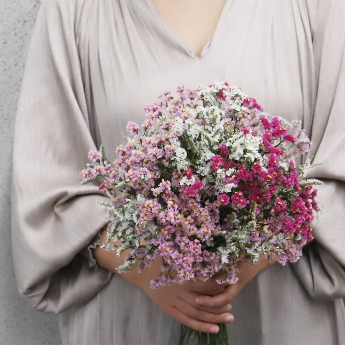 カラフルな萼が美しい、スターチス。ドライフラワーと言えばシックな色のイメージがありますが、花色がきれいに残るため、贈りものにおすすめです。