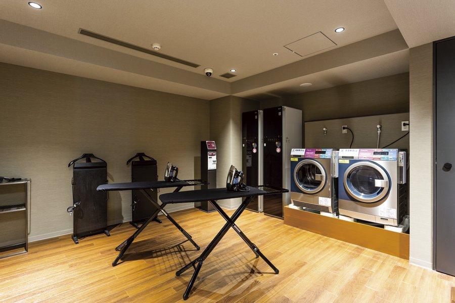 洗濯機だけでなく、ズボンプレッサーやアイロンなど、個人ではなかなか持ち運べない設備も整っているのがうれしいですね。