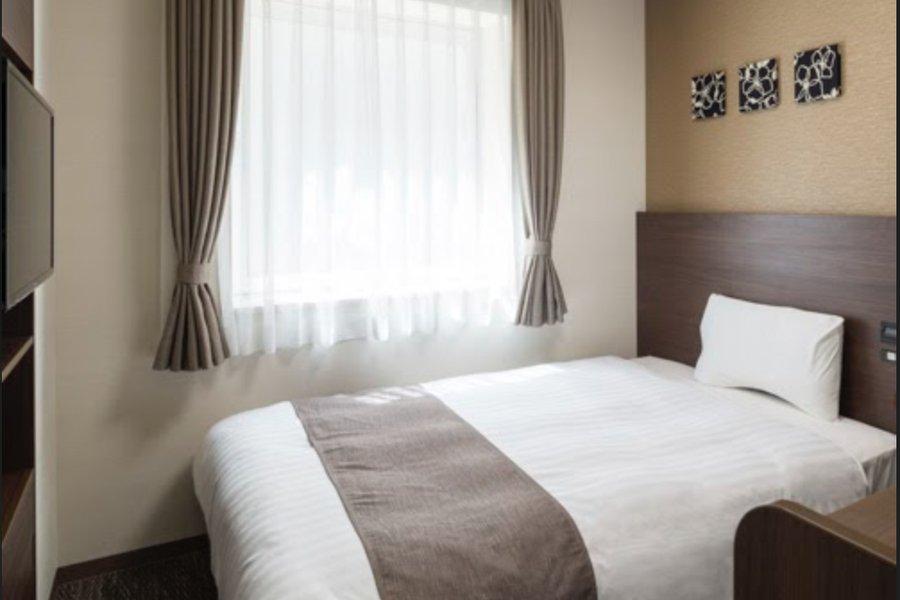 寝具はホテルオリジナルのもの。またデスクは、A4書類を広げながらPCで作業ができるサイズ感になっています。ずっとこもりっきりが苦手、という方は、ラウンジやGOOD OFFICEを活用しましょう!