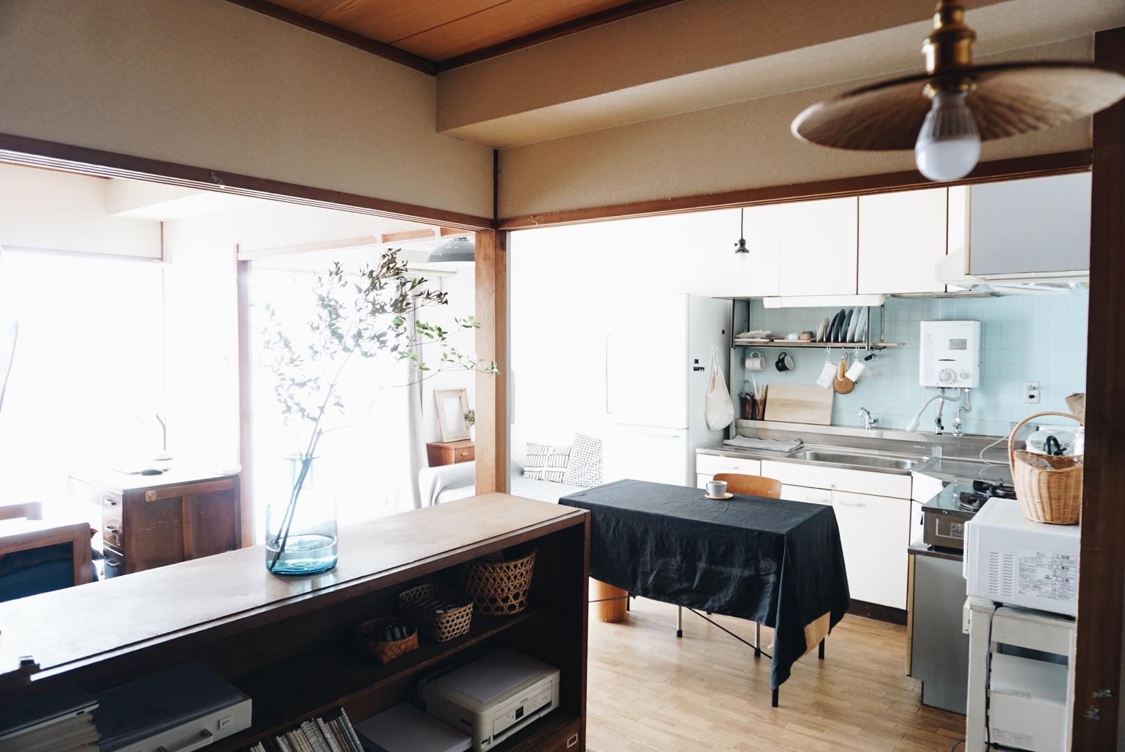 白だけでなく、黒もいいですね。テーブルは面積が広いので、お部屋がグッと引き締まって見えます。