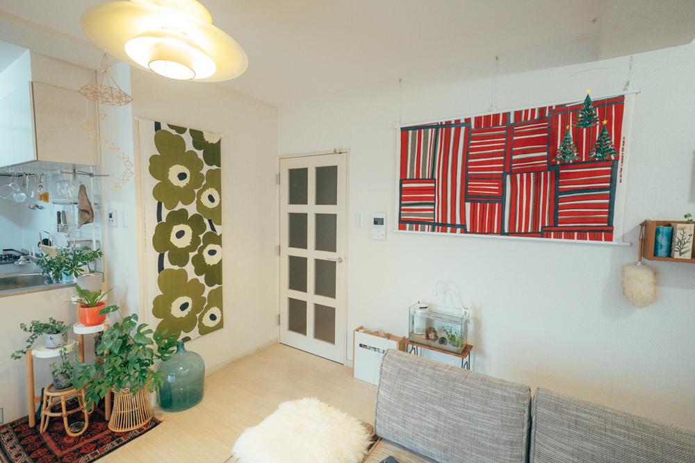 お気に入りのマリメッコの柄の布をたくさん集めているという方のお部屋。右の赤い壁掛けも、季節に合わせて貼り替えているのだそう。アートを買うというとハードルが高いですが、布を1枚、季節ごとに変えるのは、手軽にできるのでいいですよね。