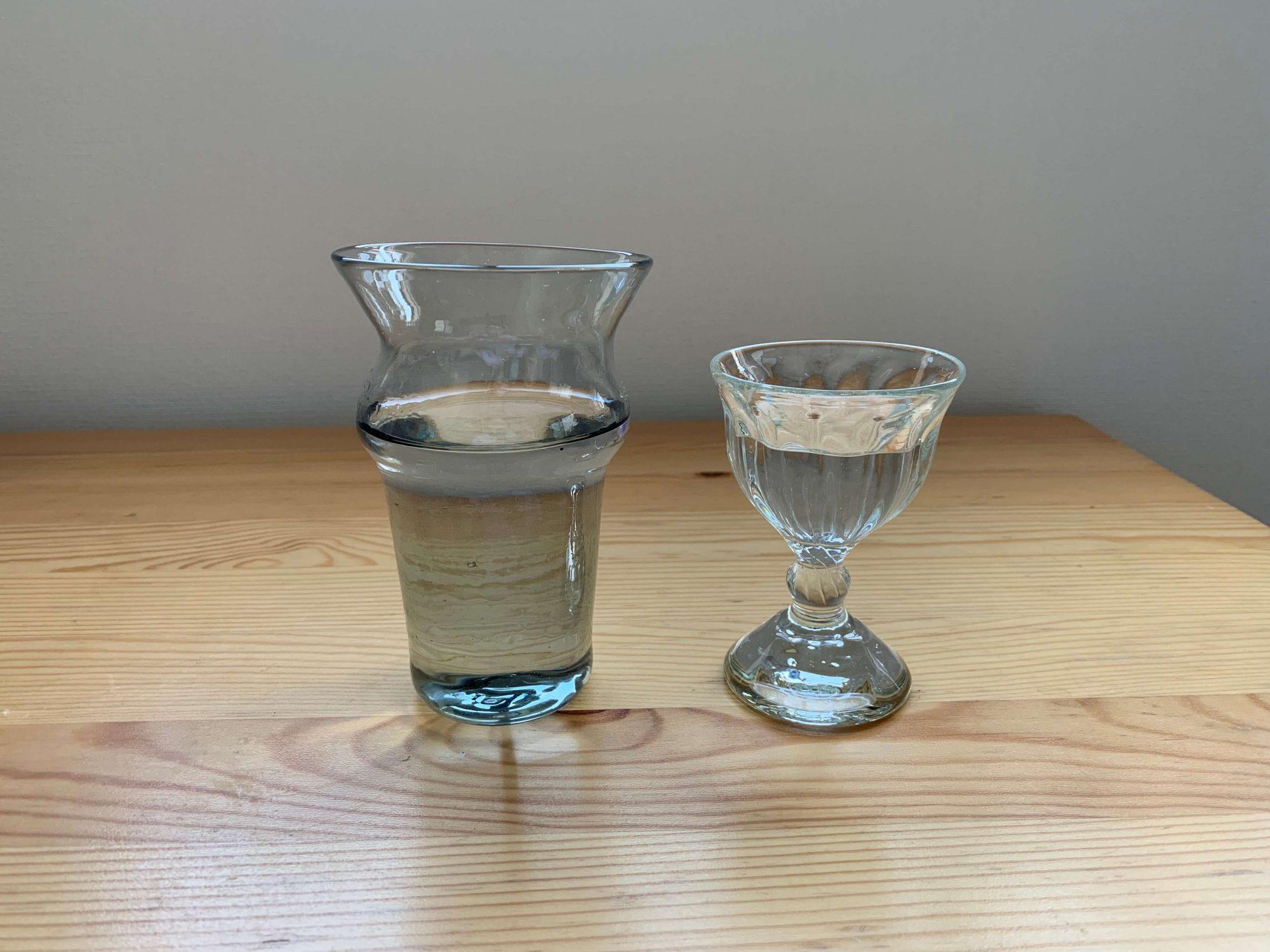 大きなグラスはチューリップなどのお花を生ける用、モールワイングラスはお酒を飲むときに。本来はリキュール用サイズなのですが、あまり飲まないのでワイングラスとして使用しています。ゆっくり味わうのにはちょうどいいです。