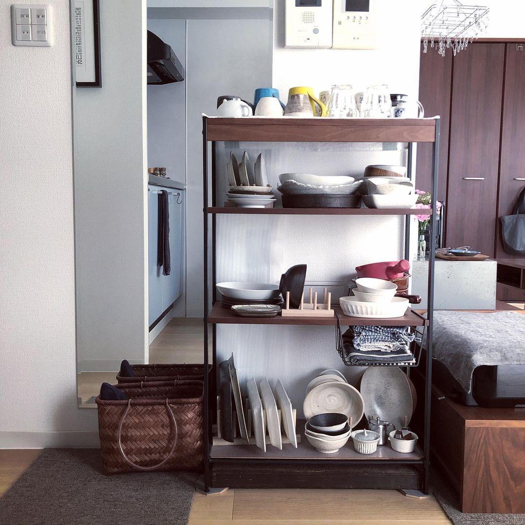 器の収納棚も、部屋のテーマにあった、ウォールナットとアイアンのオープンラックです。