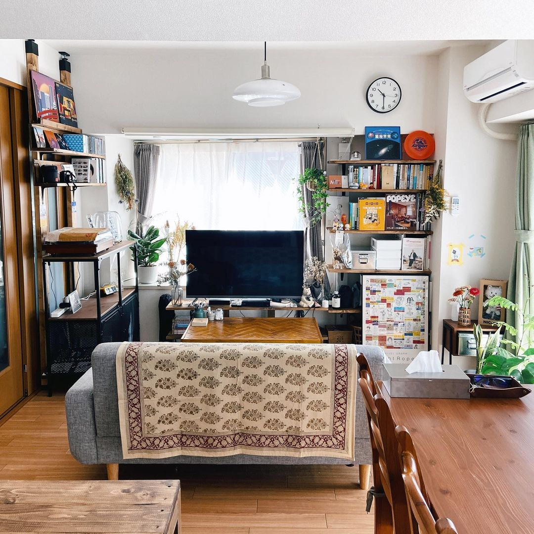 ソファの背もたれを使って空間を仕切るレイアウト例。食事の時間とリラックスの時間、それぞれメリハリをつけられる配置です。リラックススペースは照明にこだわるなどすると、より良い空間になりそう。
