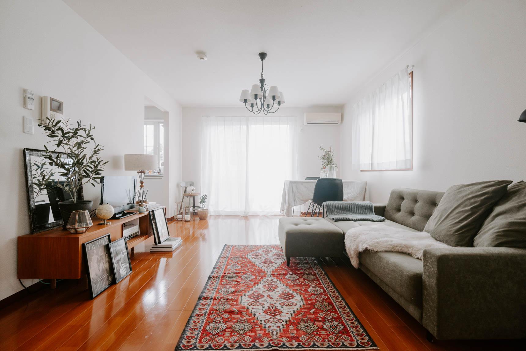 L字のソファなら、壁に寄せて空間を有効活用しつつ、ゆるく空間を仕切る効果もあります。