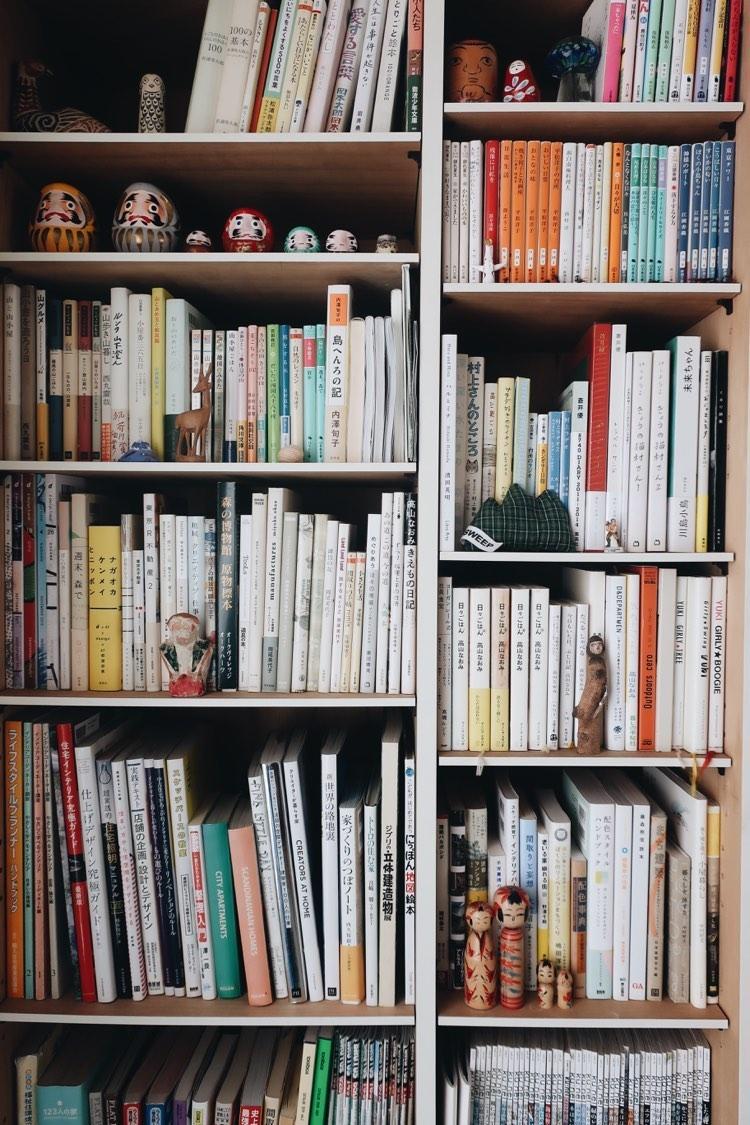 本棚のあちこちには、一目惚れして家に連れて帰った置物が。「いつでも目に入る場所にお気に入りがあると、安心感が生まれます」