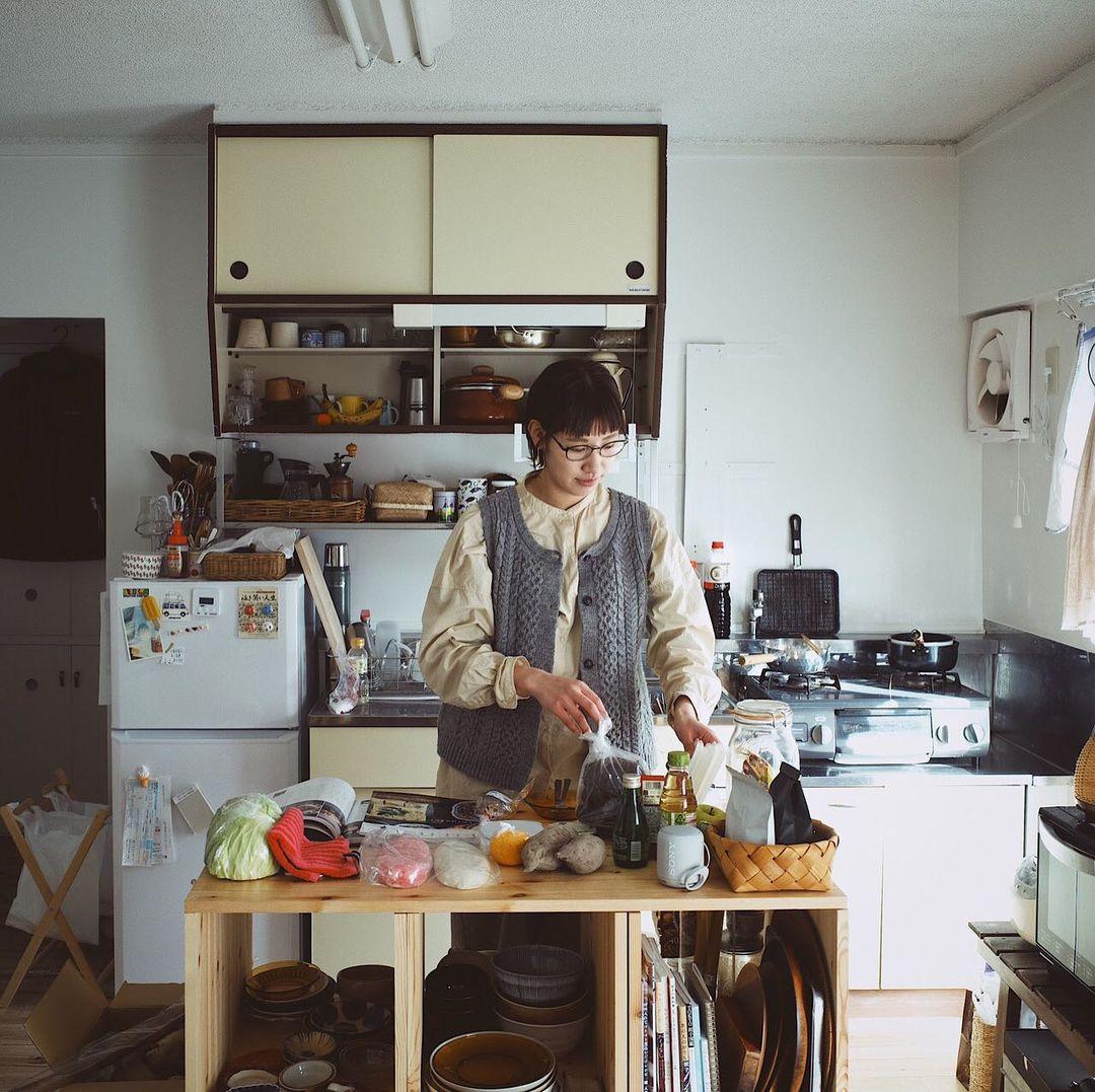 古いものがとても好きというNaoさん。リノベーションされて住みやすくなっているお部屋も、全部がまっさらではなく、建具やキッチンなど一部が古いまま残っているのは気に入っているポイントだそう。「不便を感じることはほとんどないですね。できれば畳を残しておいてほしかったな、と思うぐらいです」
