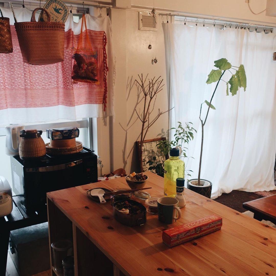 キッチンの前に置かれた作業テーブルは、ホームセンターでカットしてもらった木材を組み立てて作った、自作のもの。収納と作業台を兼ねた優れもので、下には食器やキャンプの道具をしまわれています。