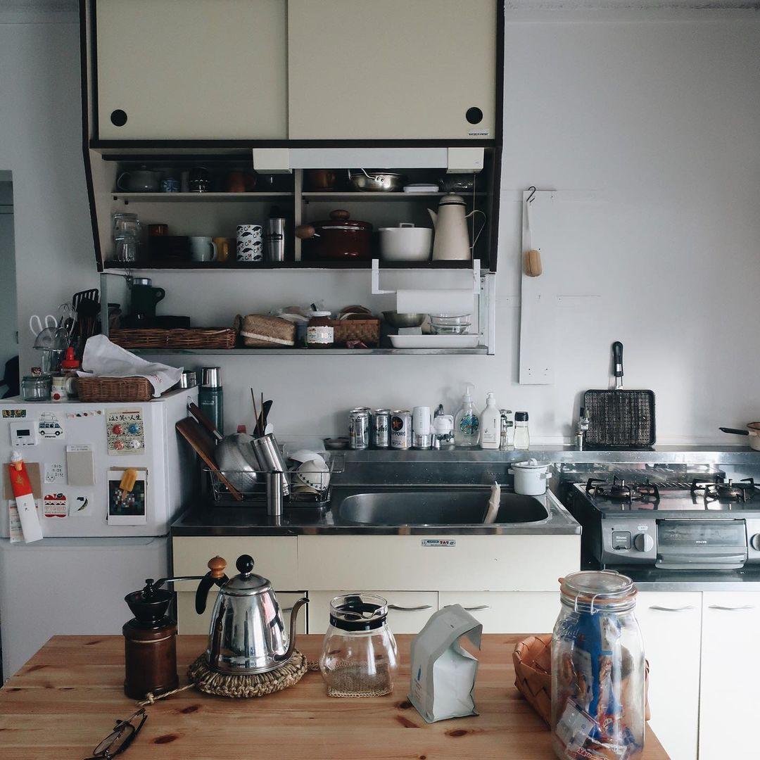 お部屋の中で一番気に入っている場所は、キッチン。上の吊り戸棚の戸はあえて外して、鍋や器が見えるようにされています。「毎日立つ場所なので、自分のお気に入りのものがいつでも目に入るように、こだわりました」