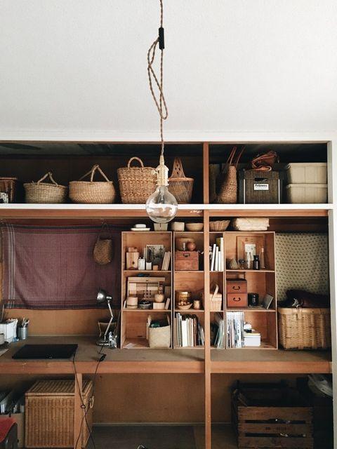 リビングの隣の部屋は、本を読んだり、絵を描いたりするための作業スペース。部屋と部屋を仕切る襖、押し入れの襖も取り外して使われています。