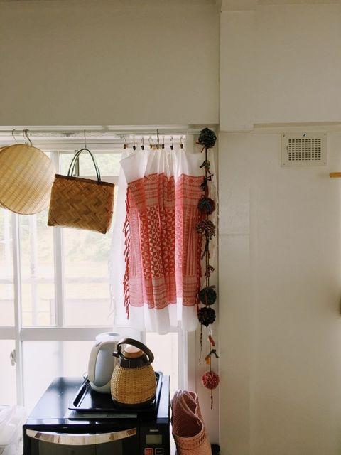 民芸屋さんでよく購入するというインドやモロッコの布もたくさん。窓にも、カーテンではなく好きな布をクリップでかけて使っていらっしゃいます。