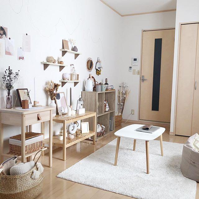 明るいライトブラウンの腰高までの棚で、背板のないオープンタイプのものを選び、たくさん飾っても圧迫感を感じないお部屋