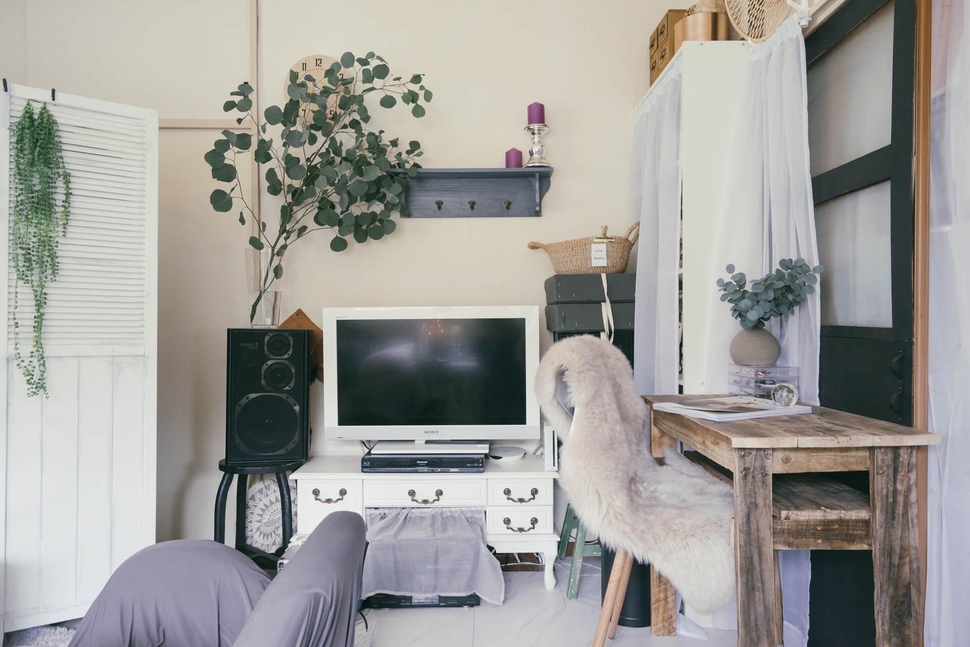 背の高い家具は、部屋に入った時に目に入らない入り口側に寄せるのがポイント。さらに白い布で目隠しをすると、だいぶ圧迫感が減らせます(このお部屋はこちら)
