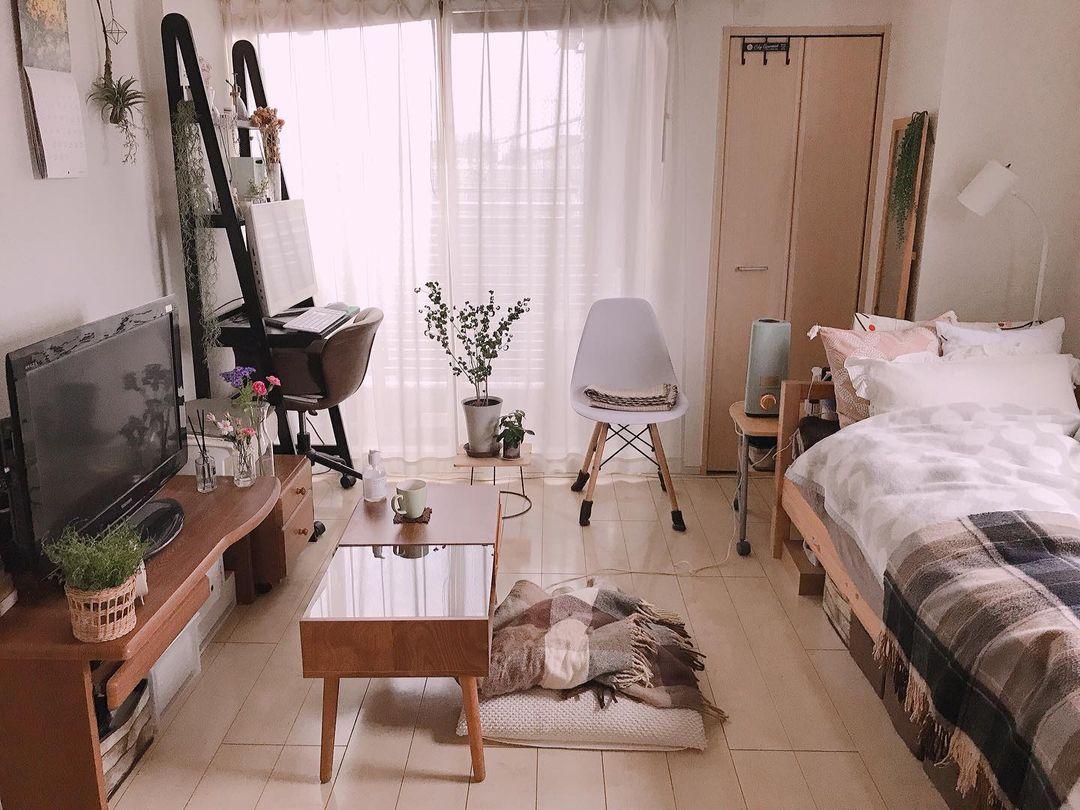 部屋の入り口からベランダまでの動線と「視線の抜け感」をしっかり意識されているお部屋の例。窓側に置いたデスク兼ラックは、高さがあっても重く見えないものを選ばれています。(このお部屋はこちら)