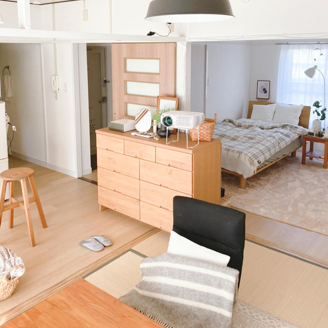 リノベーションされて生まれ変わった2DKで一人暮らしをする方のお部屋。チェストやテーブル、ベッドフレームなど、見える木の色を明るい色で統一しています。畳も張り替えたばかり。そのため床色があまり変わらない点も違和感なく暮らせるポイントなのかもしれません。