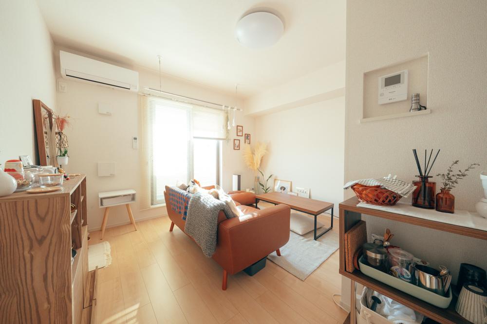 こちらのお部屋では白のブラインドで、光を取り込んでいます。置いている家具は濃い色合いのものが多くありますが、その分足元は明るめのグレーのラグを配置。重たい印象になりづらいのがいいですね。