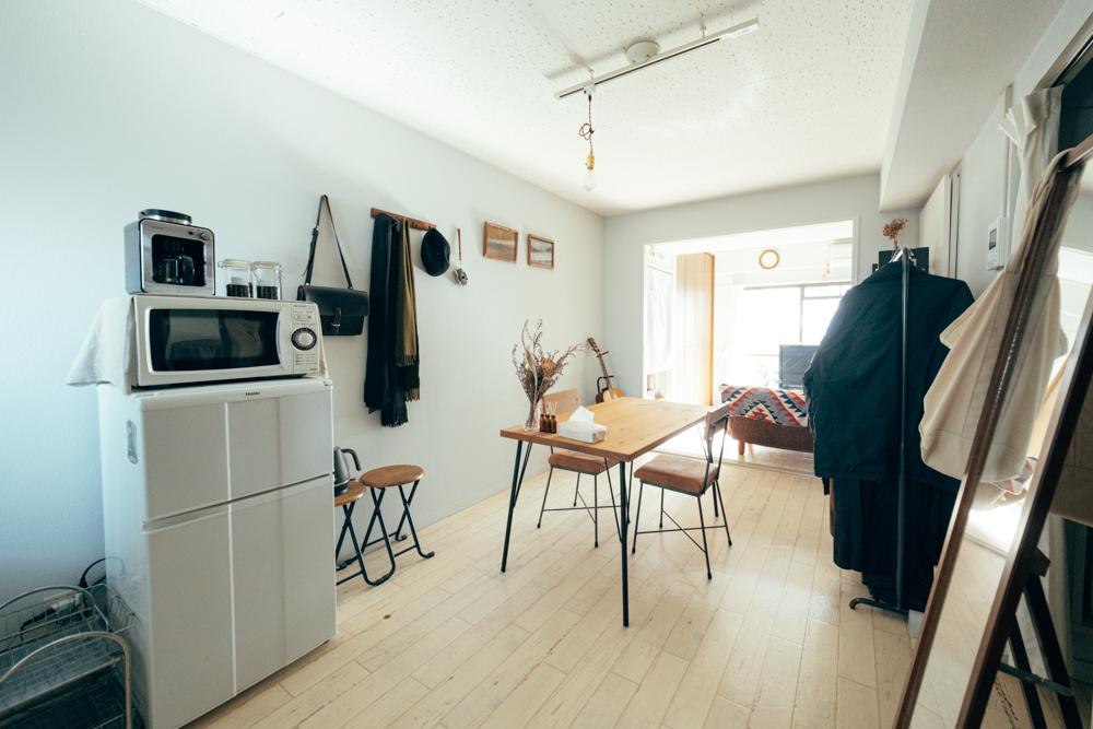 男性一人暮らしの方のお部屋では、床はほとんど白に近い色合い。その分インテリアを楽しめるのではないかと、決めたのだそう。アイアン素材を使用した家具が多くありますね。ソファなども濃い色味で全体を統一しています。
