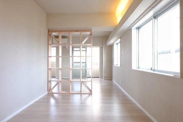 リビングと寝室の間にある、木のパーテーションがおしゃれ。扉や引き戸ではないので開放感がありますよね。