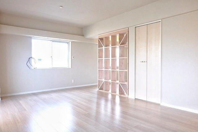 築年数30年を感じさせない、広々としたワンルーム。47㎡超えで、二人暮らしも可能な広さです。こういうお部屋、見逃してほしくない!