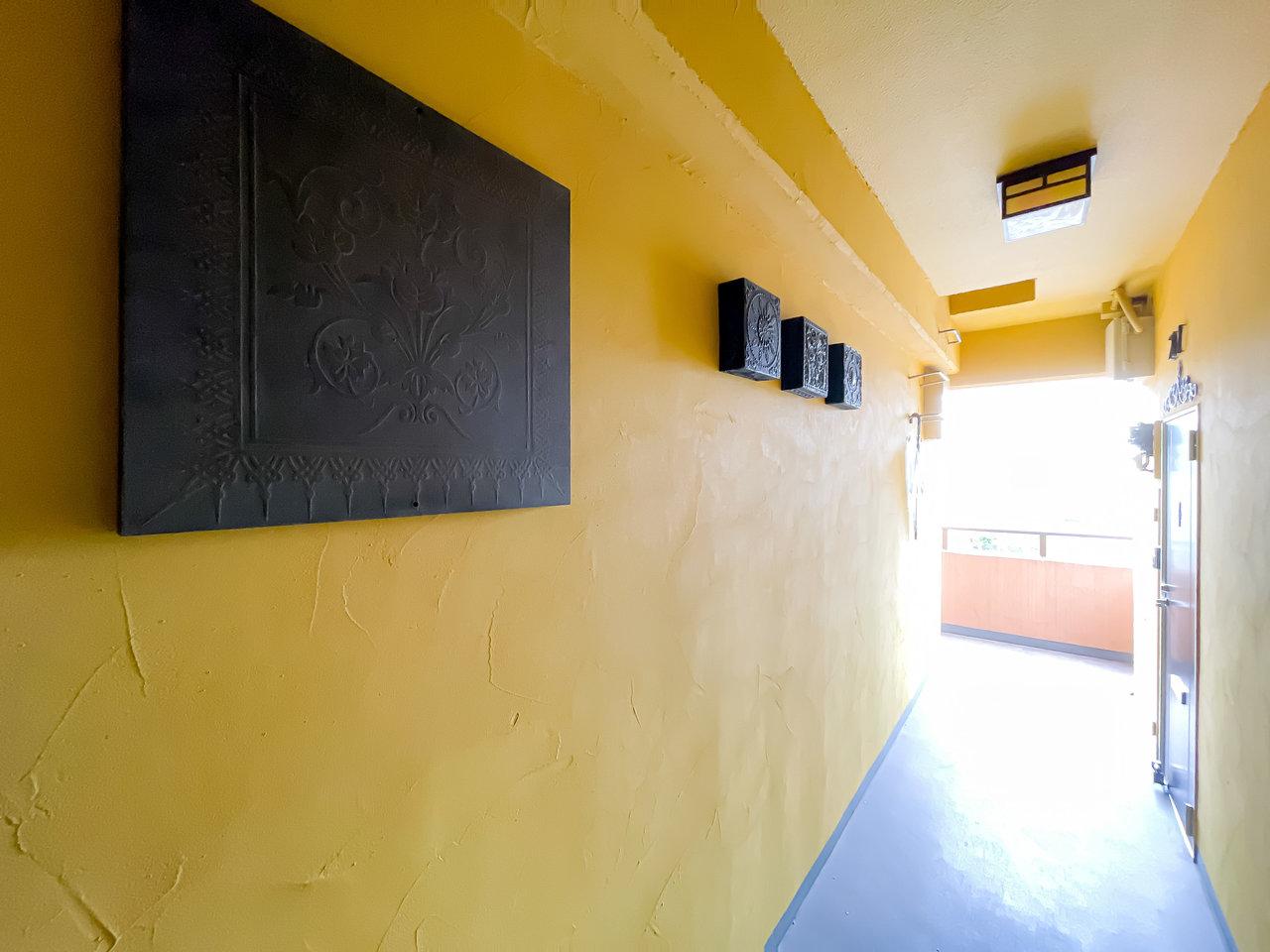 共用部分の壁は、元気の出る黄色で塗られています。気分明るく出かけられそう。