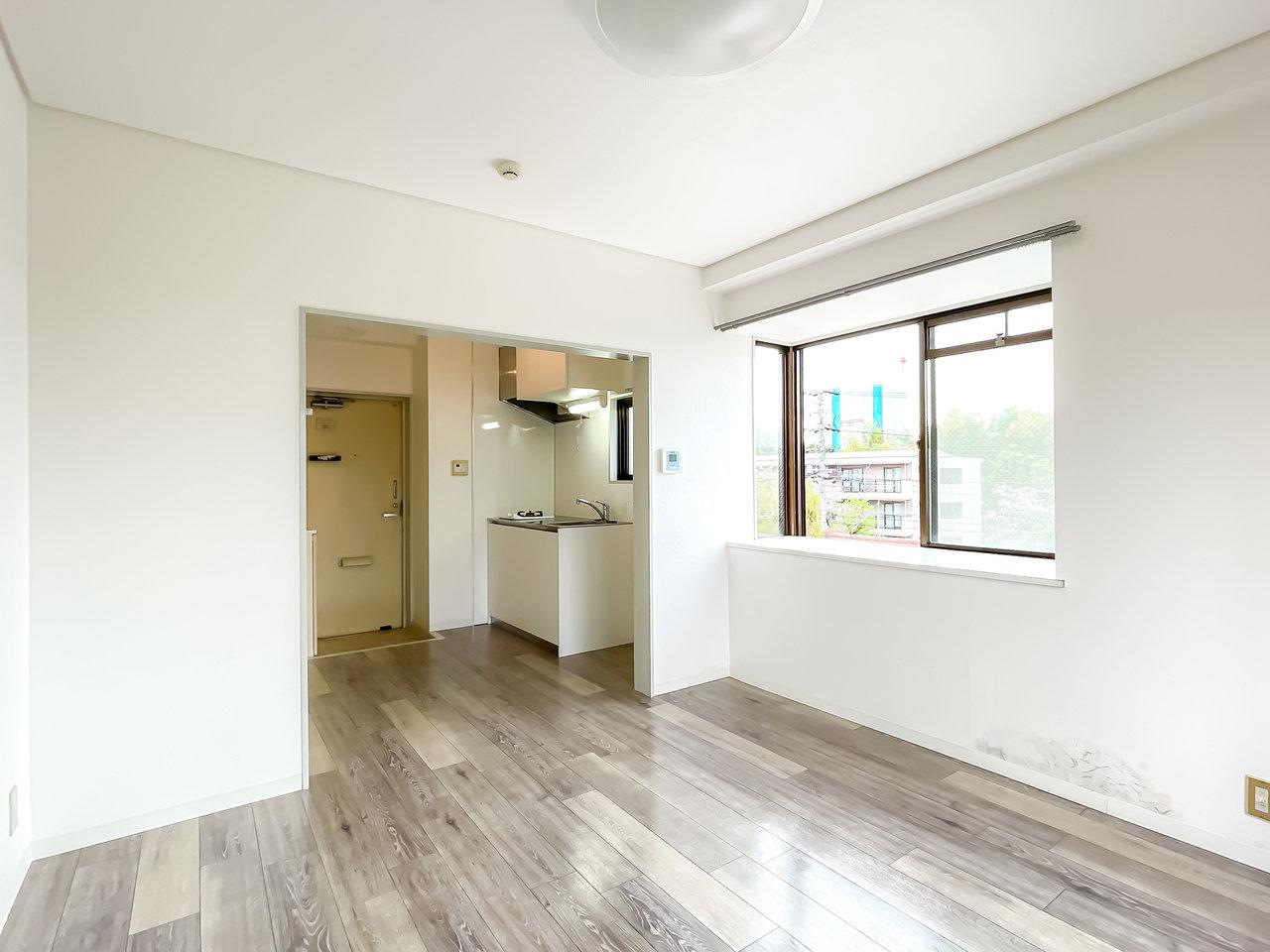 築年数34年の1K物件。間取りはシンプルなので、家具が配置しやすい形です。出窓があって、2面採光。とっても明るい!