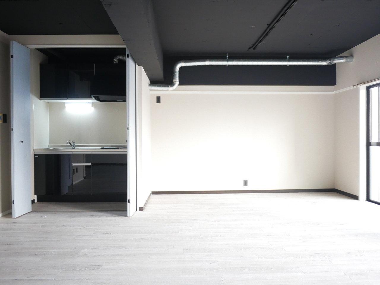 収納扉のような場所を開けると、なんとキッチンが!生活感を出したくない、おしゃれな空間にしたいときにぴったりな造りですね。ほかの水回りも交換されていてとても綺麗。