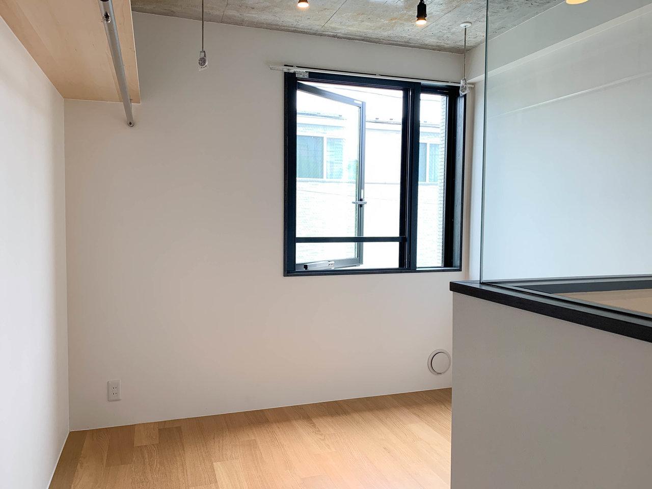 ややコンパクトめな室内なので、ソファーベッドや折り畳みのテーブルなど工夫して使いたいですね。