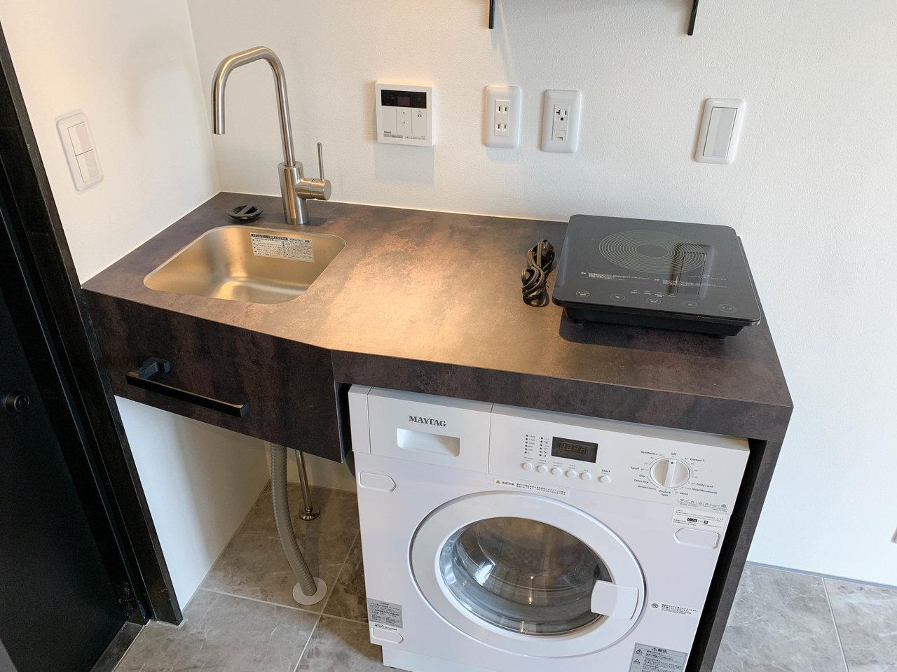 キッチン下には乾燥機付き洗濯機。卓上IHは移動できるので作業場所も確保できます。