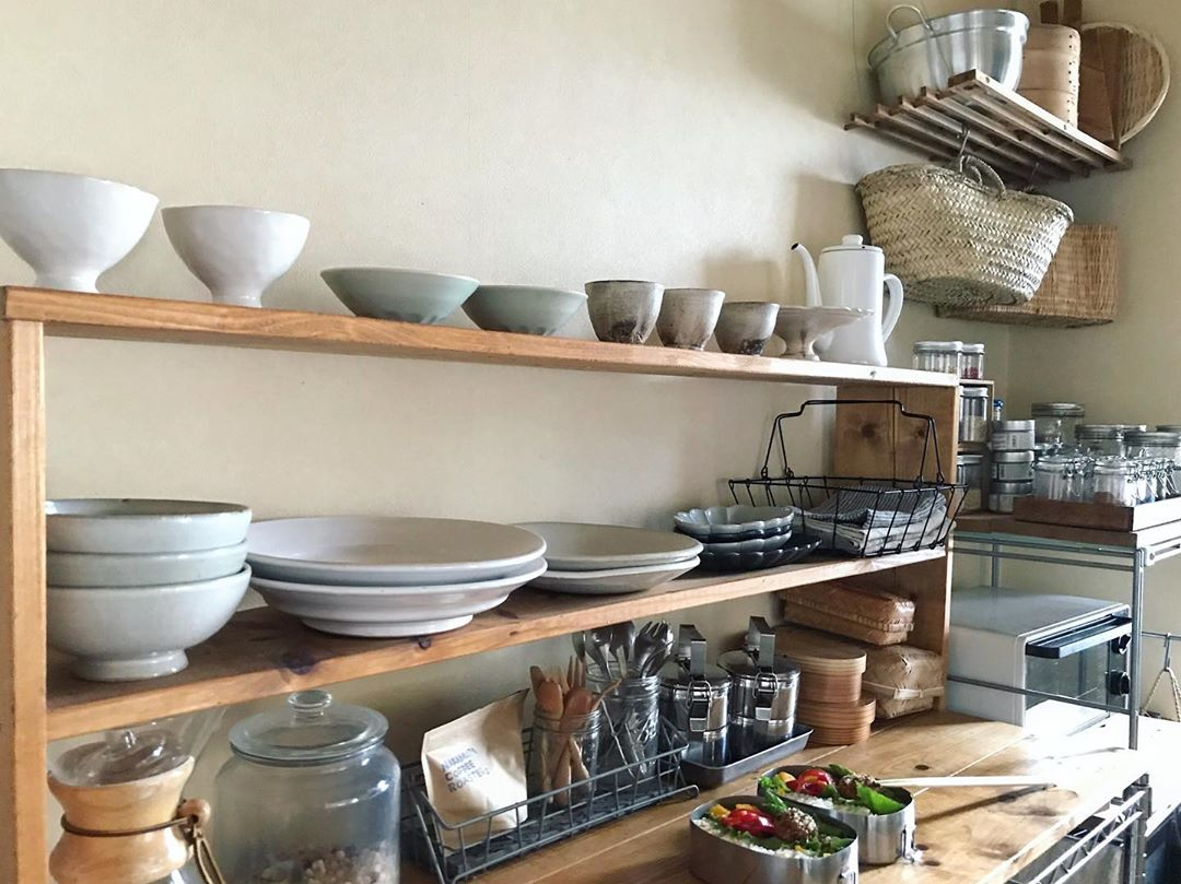 自分でピッタリサイズの棚を作り、手に取りやすい特等席に毎日使う器を並べた、料理のしやすいキッチン(このお部屋はこちら)