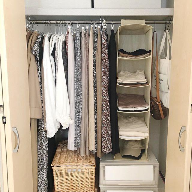 いつも着る衣類は吊るしてすぐ手に取れる場所に。オフシーズンのものは畳んでボックスの中へ、など、クローゼットは季節ごとに場所を見直してみましょう