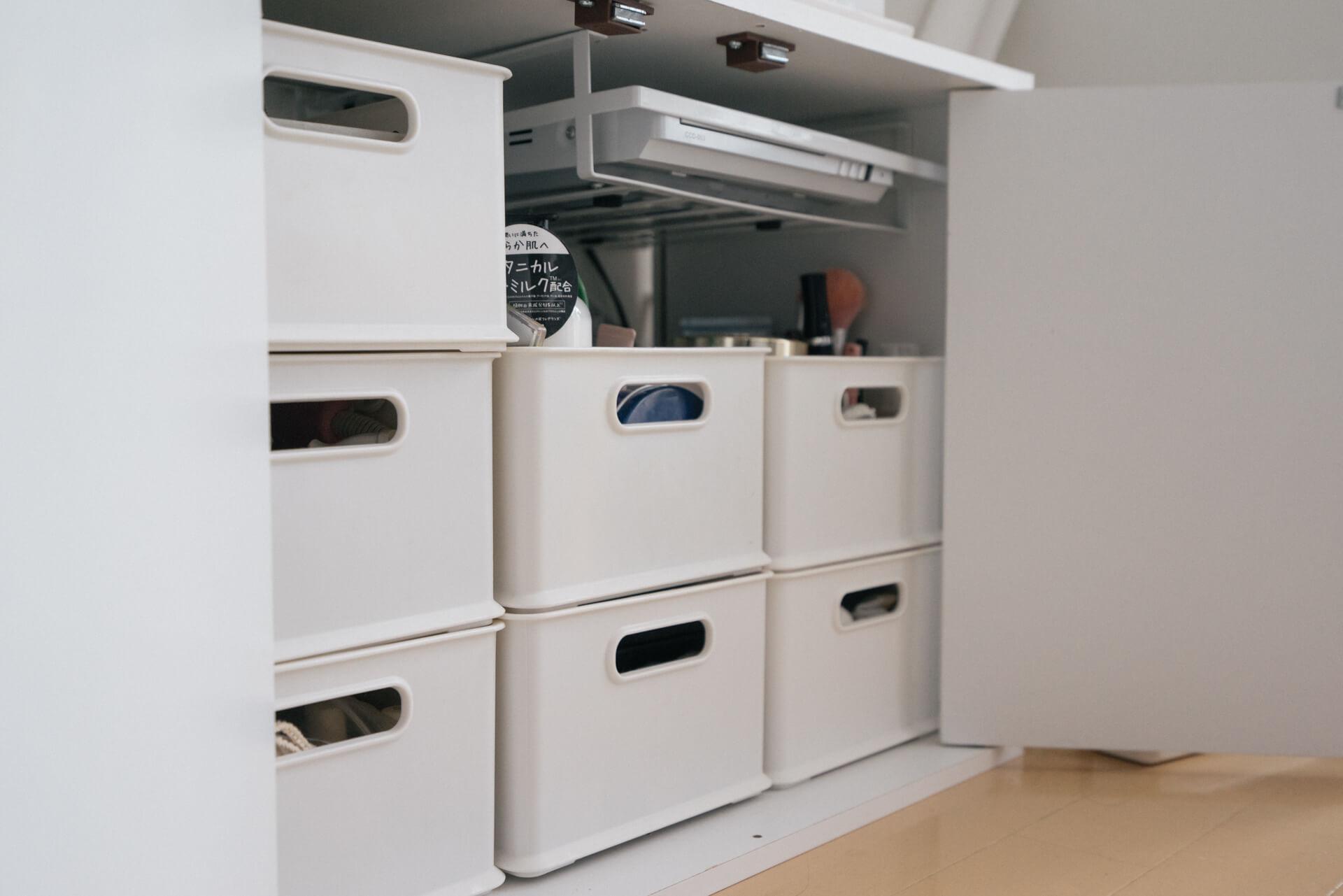 細々とした物の収納も、規格の揃ったボックスにしまえば、重ねたり並べたり、整えやすく便利です(このお部屋はこちら)