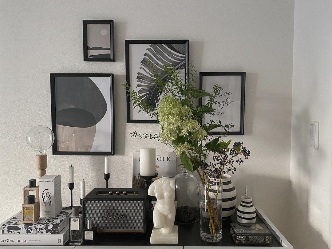 木、ガラス、陶器などさまざまな素材のものを同一トーンでうまくまとめたディスプレイの例(このお部屋はこちら)