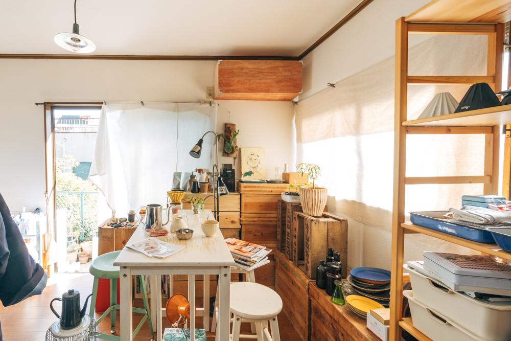 築28年の1Kで一人暮らしをされている方のお部屋。ベランダでたくさんのグリーンを育てられていて、それがとにかく楽しそう!