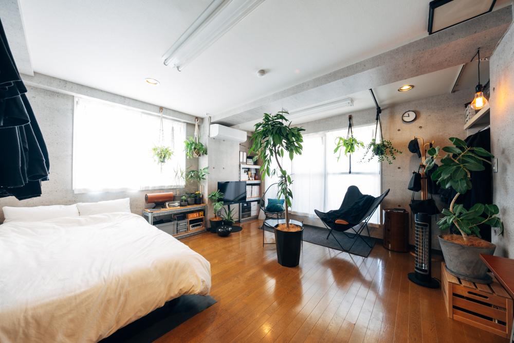 大きな観葉植物を部屋の真ん中に置くなど、大胆にグリーンを配置していらっしゃる方の事例です。他にも吊るしたり、床に置いたり。高さを変えながらたくさんの植物と上手に暮らしています。