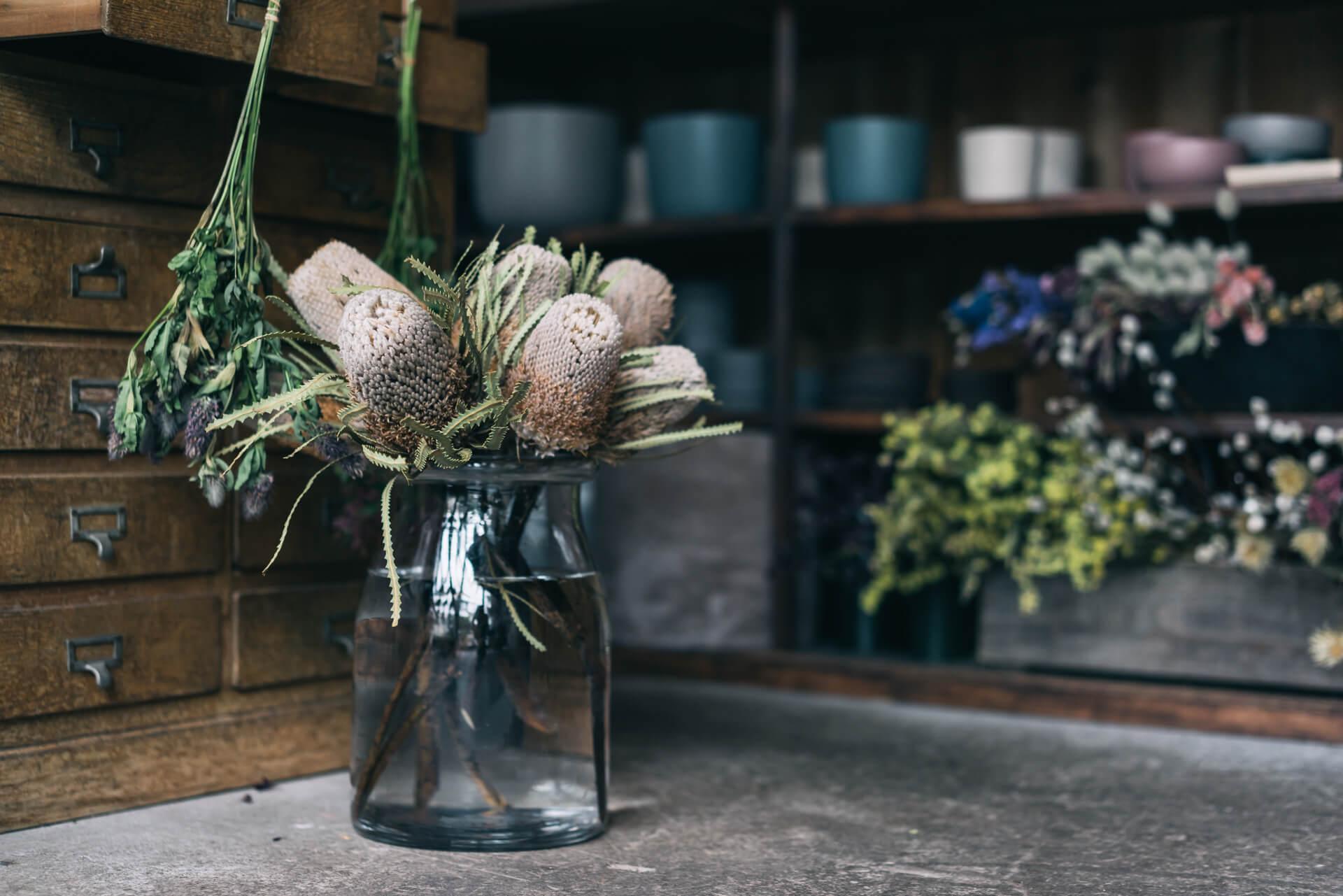 もちろん初めは空き瓶からでもOK。少しずつ育てる感覚が身についてきたら、お気に入りの花瓶を探しに行きましょう。飾りたい花のイメージによって、一輪挿しから背の高い枝物が入るものまで。様々な花瓶がありますよ。 (参考記事:まず初めに買うならどんなもの?自分に合ったフラワーベースの選びかた、5つのポイント)