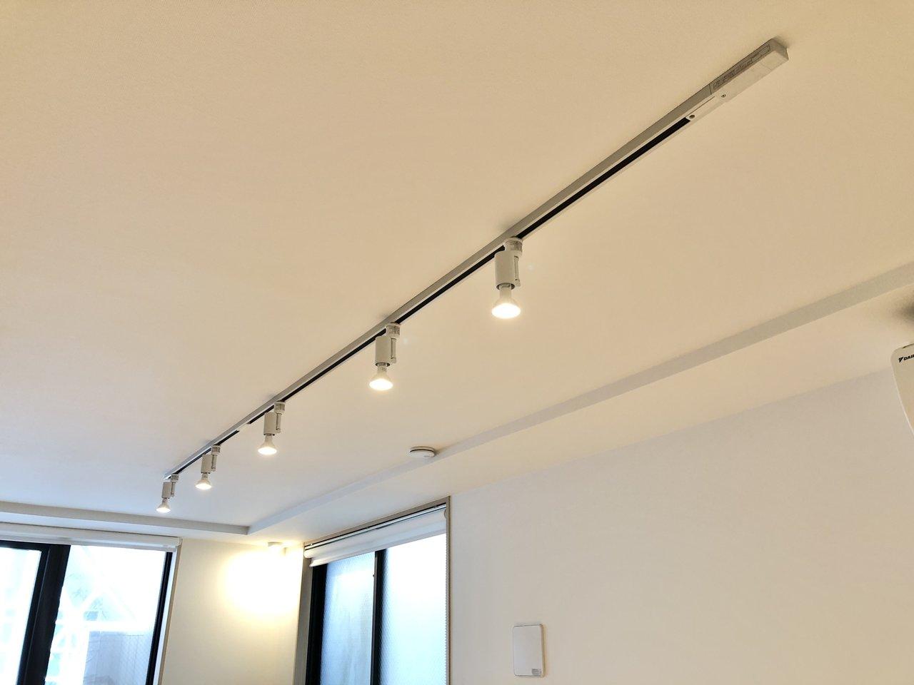 「スポットライト」は、光を当てる向きを変えられる照明です。賃貸のお部屋の場合は、ライティングレールにつけられることが多いです。自分で位置や向きを調整して、壁のディスプレイなどにピンポイントで光を当てることができます。