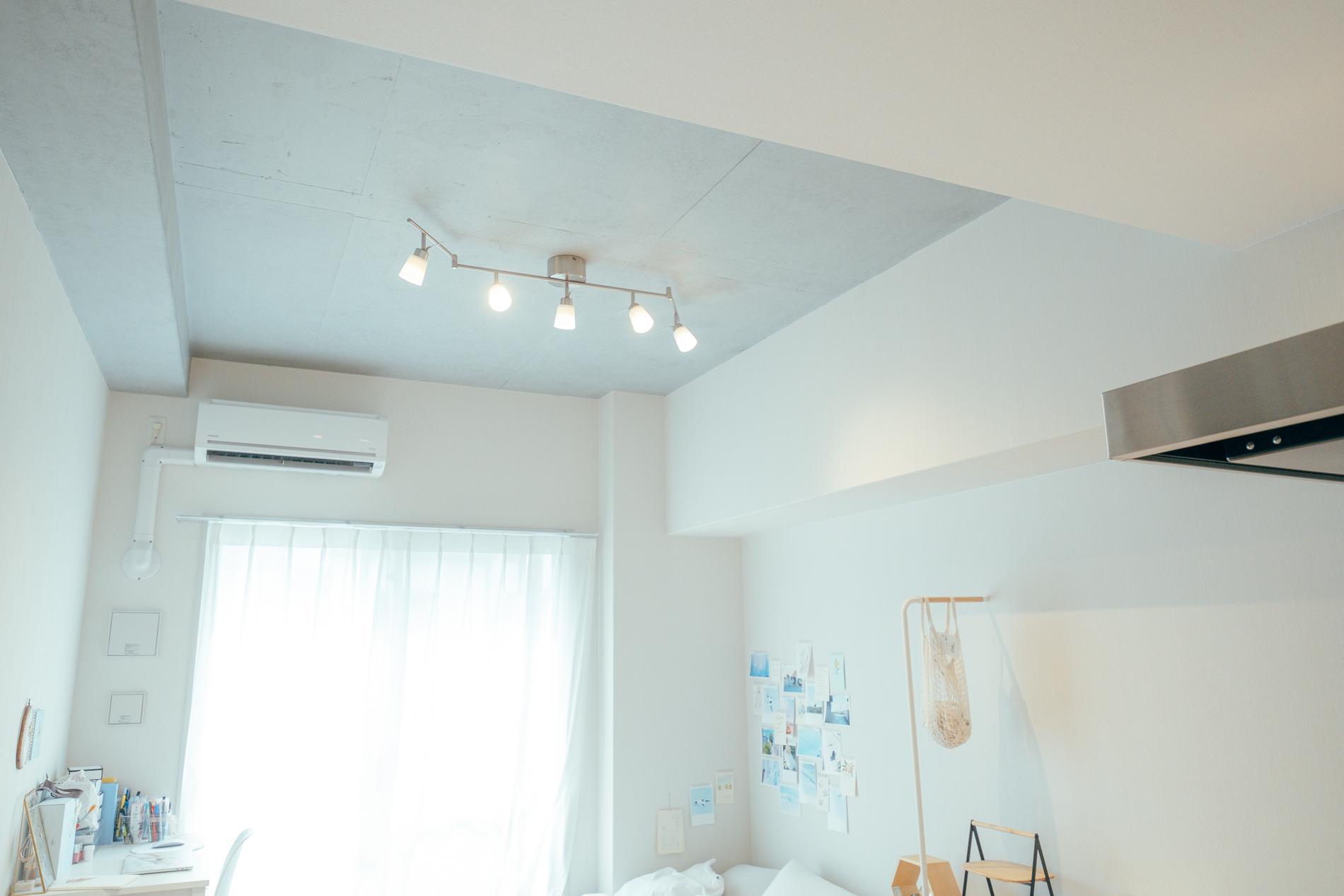 引掛けシーリングタイプのお部屋でも、こんな風にスポットライトが複数ついたものをつけることも可能です。