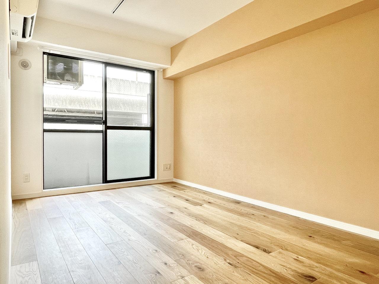 無垢床は高級家具でよく見かける、オーク材を使用しています。シンプルな1Kの間取り、そしてお買い物も通勤も便利な大阪の中心部にあるお部屋なので、はじめてのひとり暮らしにもおすすめです。