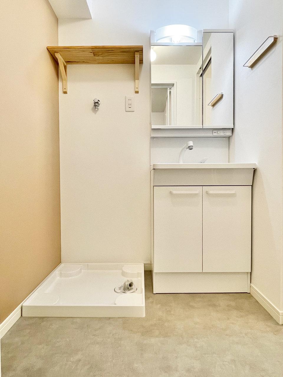 独立洗面台もついていますよ。洗濯機置き場の上の棚もいい感じ。こうしたデザイン性の高い、心くすぐる設備があちこちにあるのも、TOMOSがこだわっているポイントのひとつなんです。