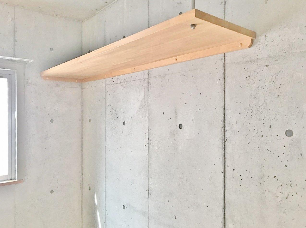 無機質な打ちっ放しコンクリートに、シンプルな木製の造作棚の組み合わせは、インテリアを考えるのが楽しくなりますね。