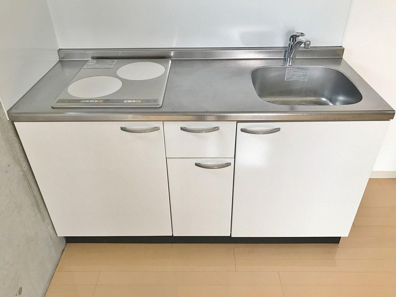 キッチンは作業スペースもしっかりありますよ。二口のIHコンロもついているので、料理好きな方にぴったりです。