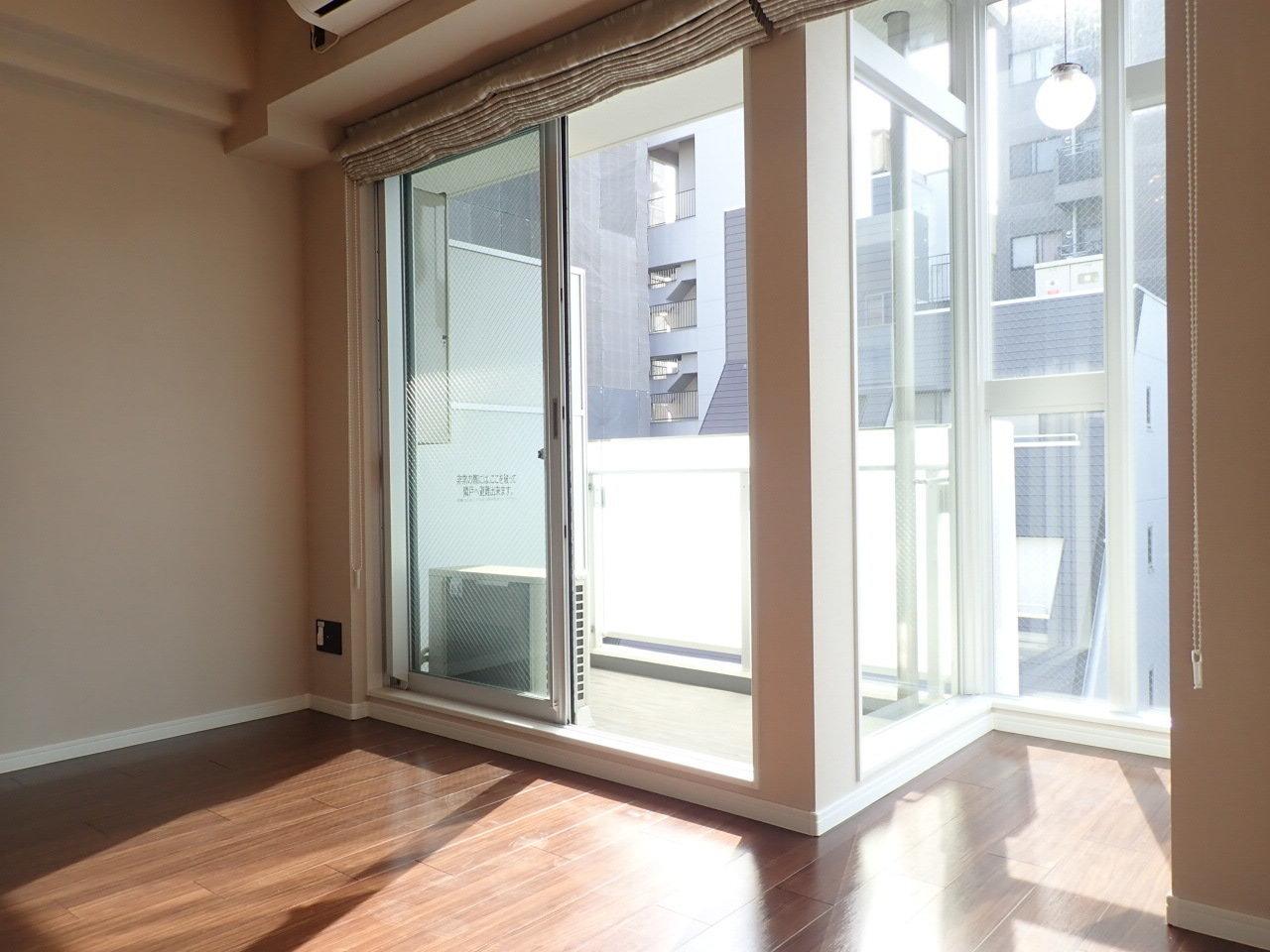 壁の一面が窓ガラスで、さらにサンルームのような一角も。観葉植物を置いたら良さそう!