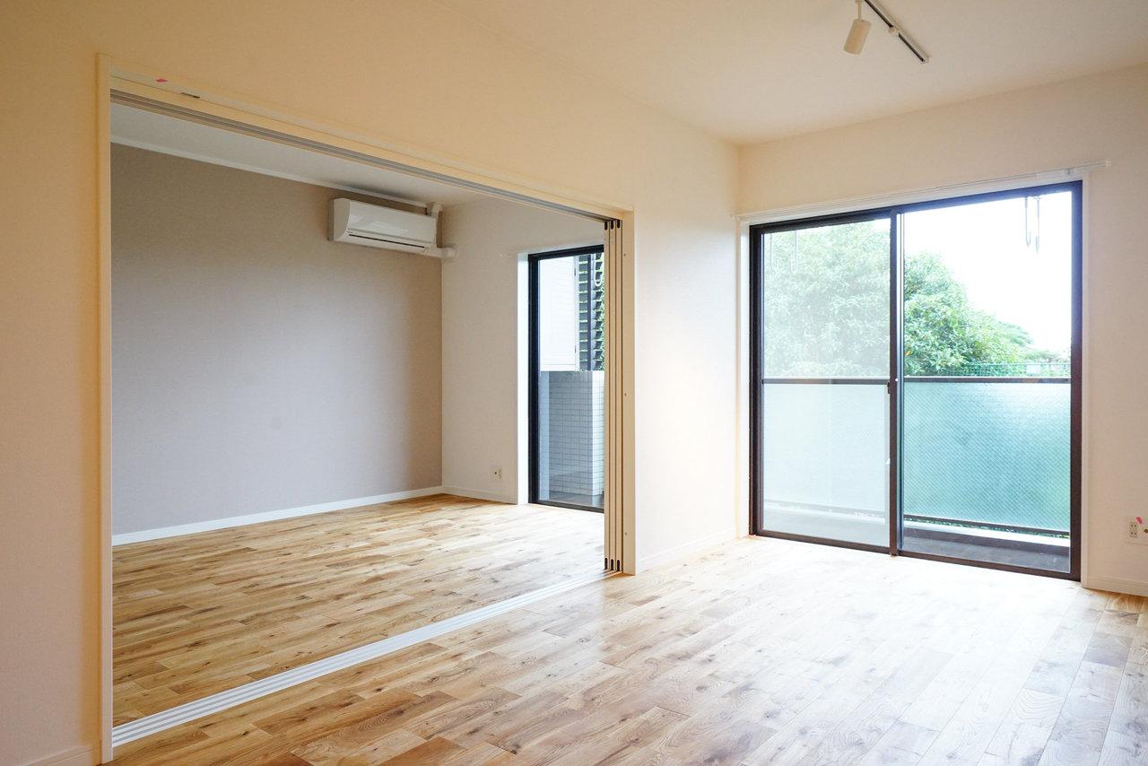 お隣には約5.7帖の洋室。どちらも足元には肌触りの良いオークの無垢床が広がっています。