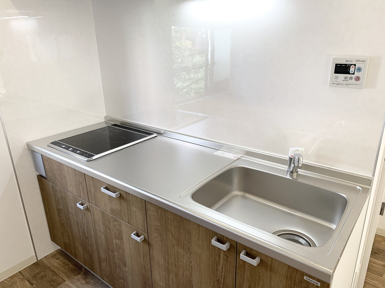 まな板を横向きに置ける調理スペース。調理と洗い物と、一緒に並んで作業もできそうです。