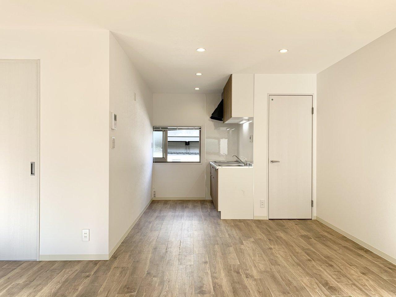 キッチンはダイニングの奥まったところに。小窓があるのでお料理中の換気も簡単にできますね。