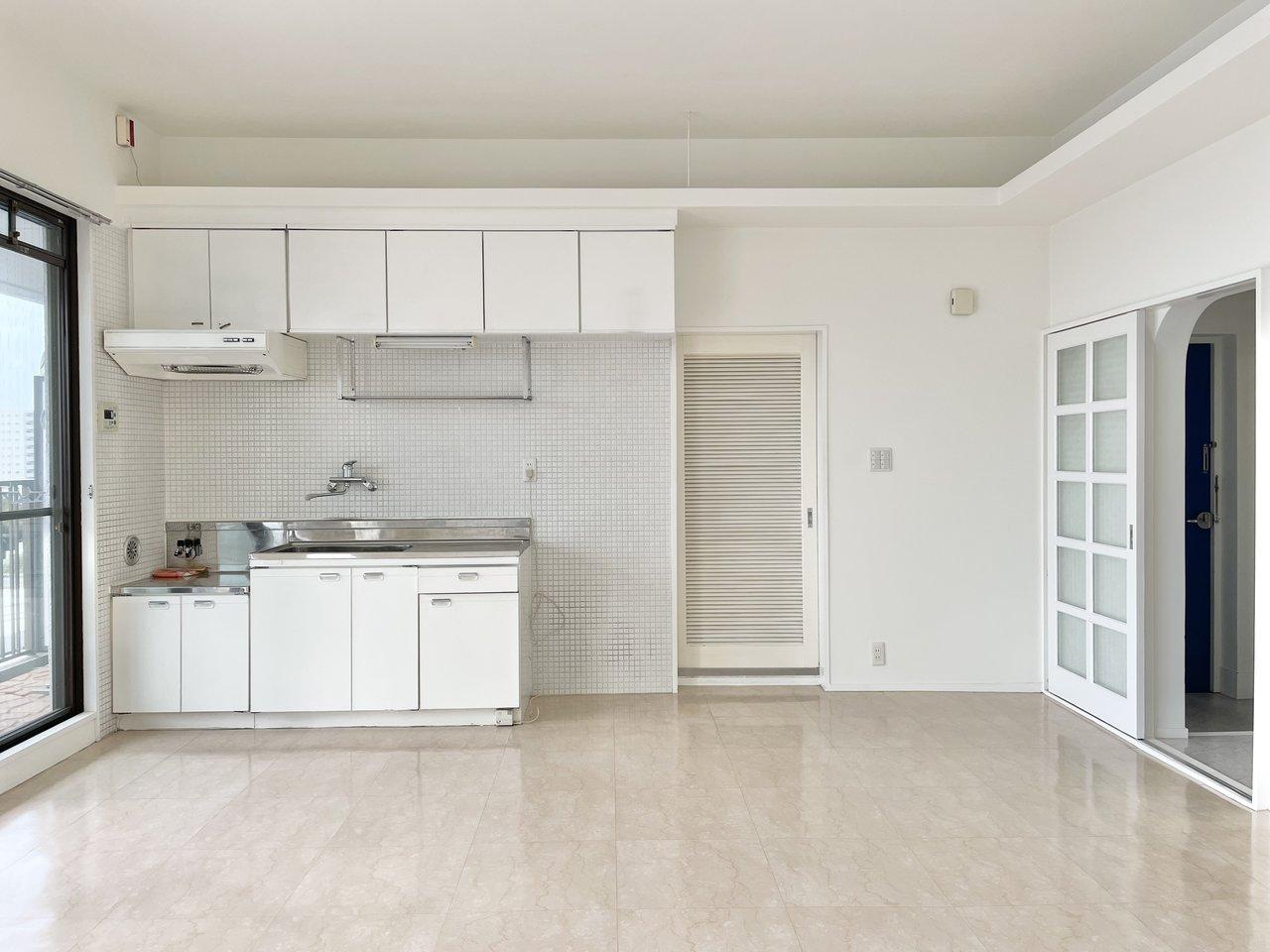 キッチンも大きい。手前にカウンターテーブルを置いて、カフェみたいな暮らし方がしたいです。