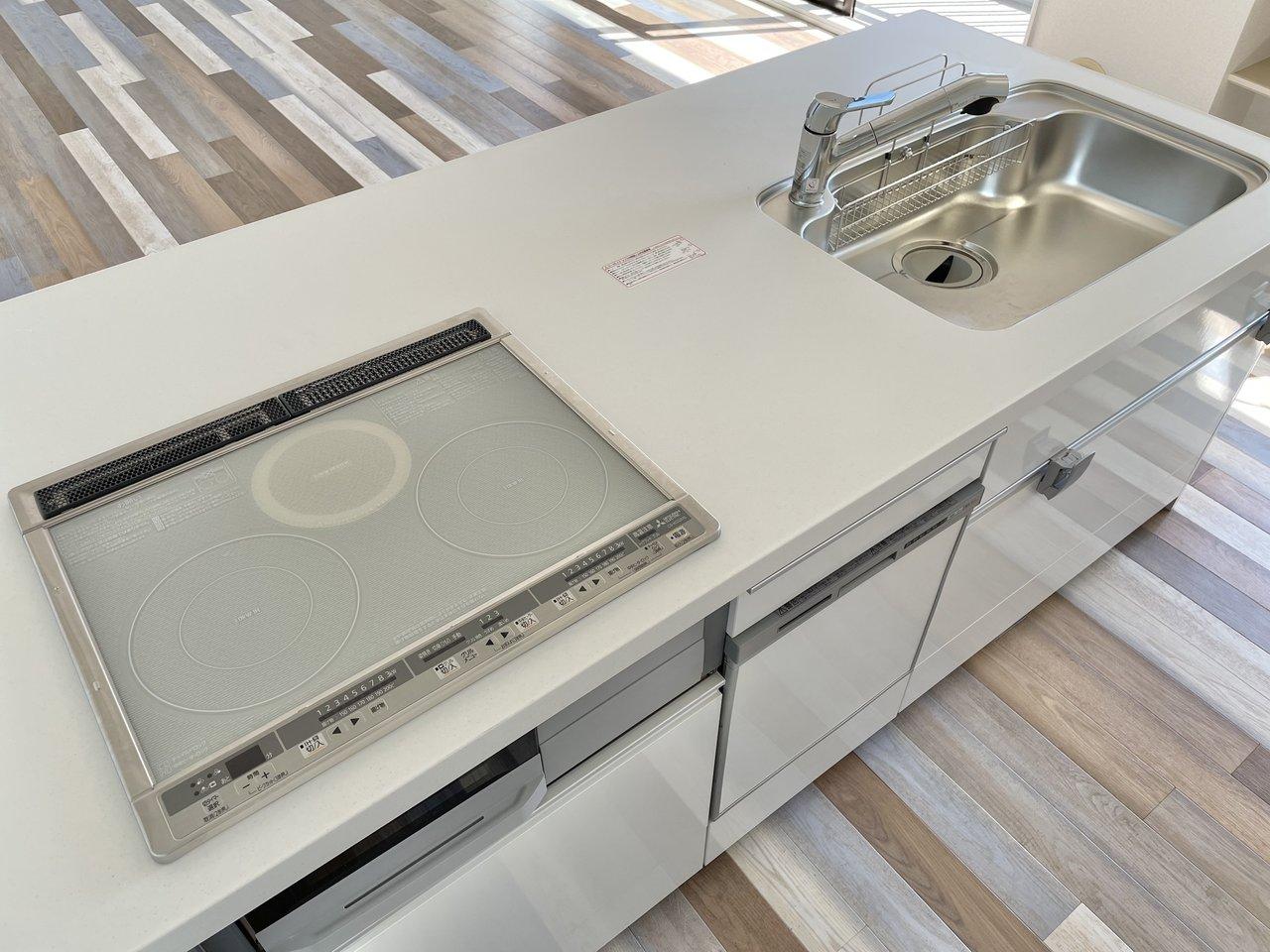 天板も真っ白。人工大理石のキッチンは、作業スペースも広めで料理がしやすそうですね。