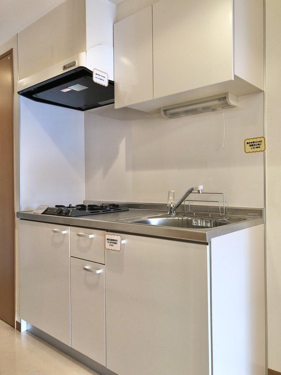 キッチンは上下に収納付き。シンクも広く、洗い物も快適に。